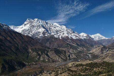 snow capped: Aeropuerto Hongde y cumbres nevadas de la cordillera de Annapurna