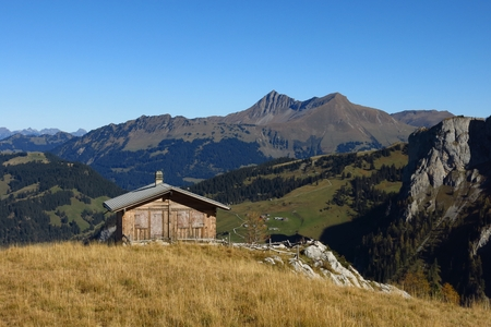 saanenland: Hut and view of the Lauenenhorn and Gifer