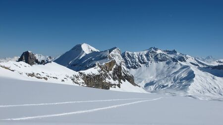canton berne: Sanetsch Pass, mountains and ski tracks