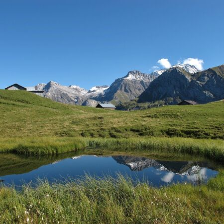 saanenland: Pond and mountains, summer scene on the Wispile Stock Photo