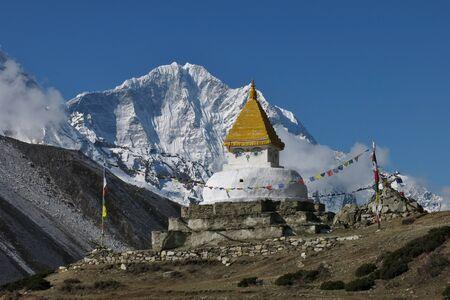 snow capped: Stupa y monta�as cubiertas de nieve Thamserku