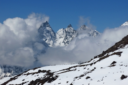 ot: Mountain peaks in the Gokyo Valley reaching ot of clouds