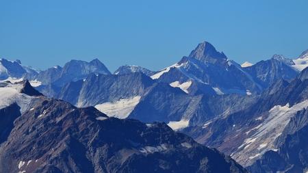 스위스 알프스의 거친 산들