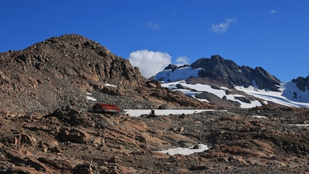 mackenzie: Scene in the Southern Alps. Mountain hut and peaks of the Sealy Range. Stock Photo