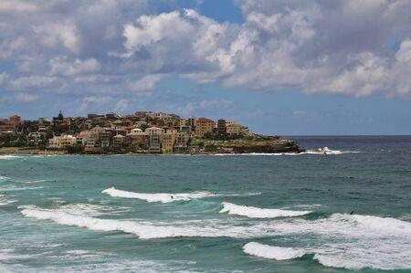 big waves: Big waves at Bondi Beach, Sydney. Houses at the coast.