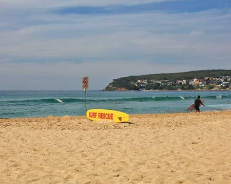 salvavidas: Salvamento tabla de surf en la playa de Manly populares en Sydney. Foto de archivo