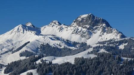 saanenland: Mountain and ski area in Gstaad, Swiss Alps. Mt Videmanette on a beautiful winter day. Stock Photo