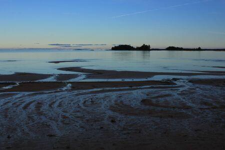 Sandstrand und kleine Insel in Vita Sannar, Schweden.
