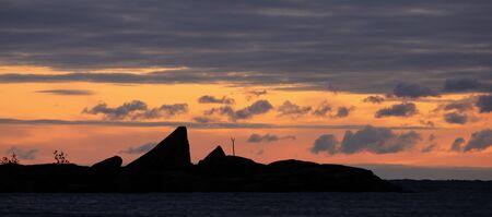 Atemberaubender Sonnenaufgang an einem bewölkten Morgen in Vita Sannar, Schweden. Standard-Bild