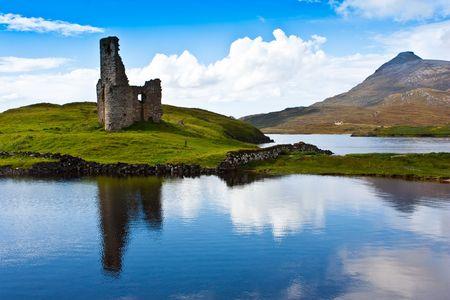 스코틀랜드, 서덜랜드. 스코틀랜드 계급의 폐허로가는 길. 스톡 콘텐츠 - 7948337