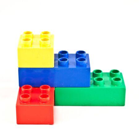 Kunststoff-Bausteine auf weißem Hintergrund. Helle Farben. Lizenzfreie Bilder