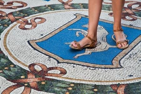 testicles: Italia, Mil�n. La tradici�n de milanesa que est� diciendo que si enciende r�pidamente 3 veces su tal�n sobre los test�culos de Toro atraer buena suerte