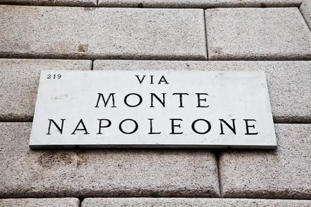 イタリア - ミラノ中心部の有名な興味深いポイントの道路標識