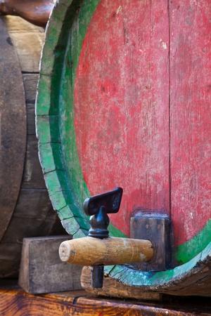 イタリア - 古いピエモンテ バルベーラ ワインの樽をタップします。