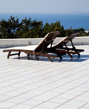 ナポリ湾に面したテラス: 素晴らしい景色と 2 つの座席 写真素材