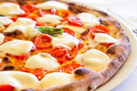 pizza: Dit is een echte Italiaanse Pizza. De traditionele Pizza Margherita geserveerd in het restaurant een Capri, Napels Golf, Italië.