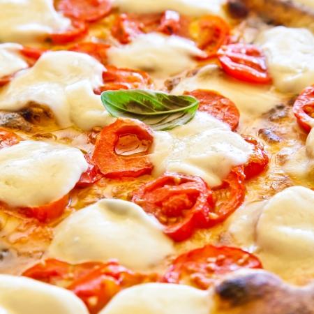 これは、真のイタリアのピザです。レストランでは、カプリ島、ナポリ湾、イタリア伝統的なピザ マルゲリータ提供しています。