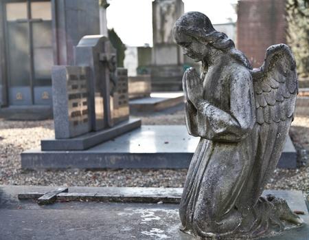 イタリアの記念碑的な墓地: の 2 つの数百年の古い彫像のコレクション