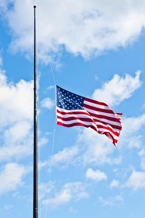 アメリカの国旗風の強い日の青い空に