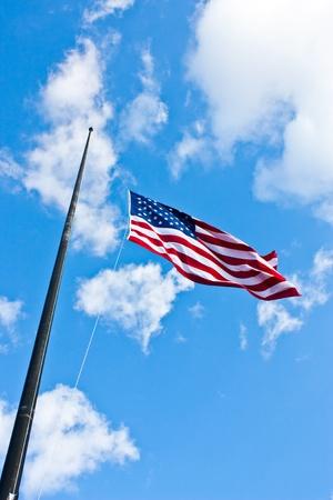 Bandera americana en un cielo azul durante un día de viento