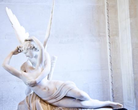 eros: Statua di Psiche di Antonio Canova Animata dal bacio di Cupido, prima commissionata nel 1787, esemplifica la devozione all'amore neoclassico ed emozione Editoriali