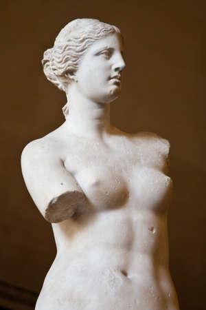 """arte greca: Statua della dea greca Afrodite, scoperto nell'isola di Melos (""""Milo"""", in greco moderno), Museo del Louvre, Parigi"""