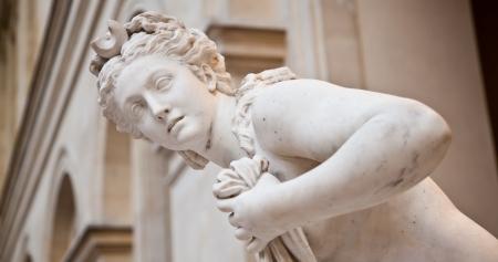 Die perfekte weibliche Schönheit in dieser Kopie einer klassischen griechischen Statue