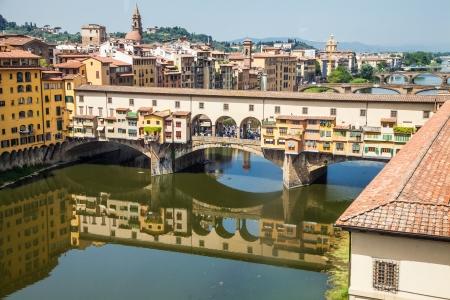 イタリア、フィレンツェ。ヴェッキオ橋、都市の主要な陸標の眺め