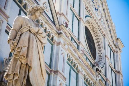 サンタ ・ クローチェ教会 - フィレンツェ、イタリアの前にダンテの像 写真素材