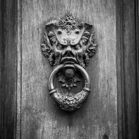 demonio: Puerta knoker en una puerta vieja wodden en Toscana - Italia Foto de archivo