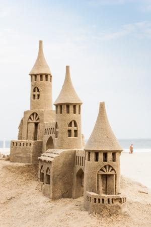 Große Sandburg am Strand während eines Sommertages