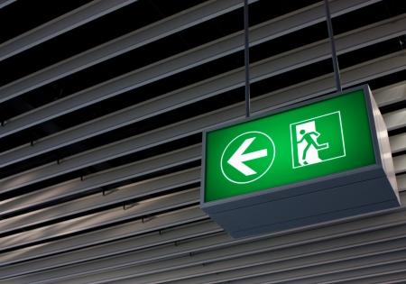 Notausgang-Zeichen in modernen Büros innerhalb einer Industrieanlage Lizenzfreie Bilder