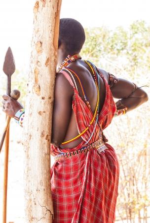 tribu: Kenia. Detalle del traje tradicional masai rojo.