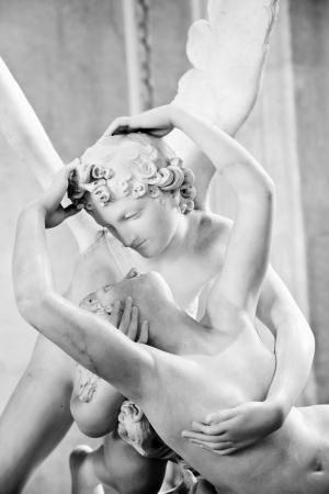 psique: Psique de Canova Antonio estatua Resucitado por beso de Cupido, encarg� por primera vez en 1787, es un ejemplo de la devoci�n al amor de estilo neocl�sico y la emoci�n Editorial