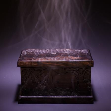 トップと煙の効果からの光で木製のアフリカの古代の箱
