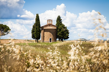 Cappella di Vitaleta (Vitaleta Church), Val d'Orcia, Italy.  The most classical image of Tuscan country. Stock Photo - 20860202