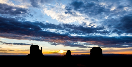 desert sunset: Wonderful colours during sunrise in this iconic view of Monument Valley, USA