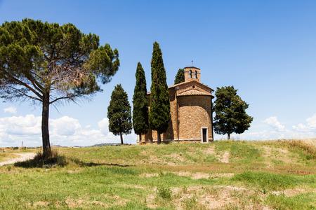 cappella: Cappella di Vitaleta (Iglesia Vitaleta), Val d'Orcia, Italia. La imagen cl�sica de la mayor�a de los pa�ses de la Toscana. Foto de archivo