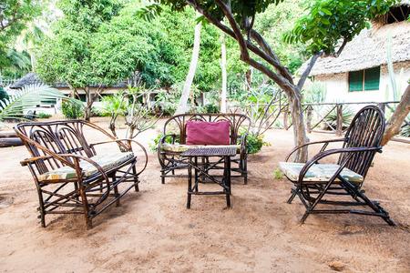 Kenia. Elegantes Muebles De Madera En Un Jardín Africano Fotos ...