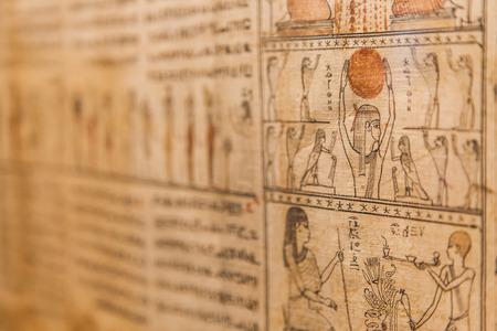 死者 (1070 年紀元前)、テーベのエジプトの古代の本の詳細 写真素材