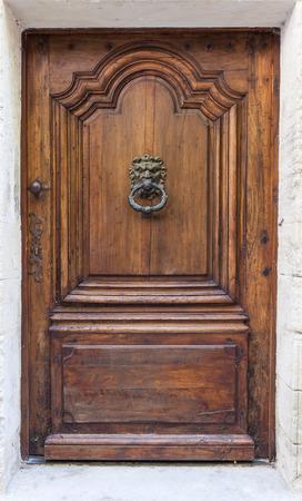tocar la puerta: Italia. Aldaba antigua en la puerta de madera vieja.