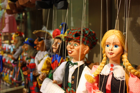 praga: Traditional puppets made of wood. Shop in Prague - Czech Republic