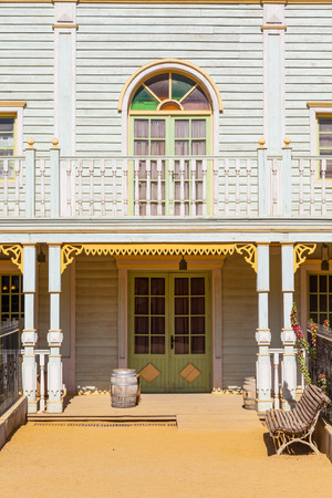 country house style: Entrance of a Far West style country house