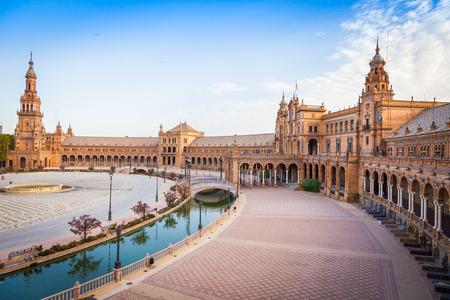 España, Sevilla. Plaza de España, un ejemplo emblemático del estilo del renacimiento del renacimiento en la arquitectura española Editorial