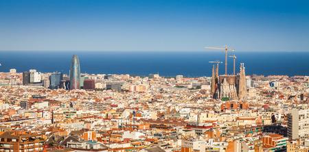 barcelone: Barcelone, Espagne. ciel bleu magnifique au cours d'une journ�e ensoleill�e sur la ville, avec vue sur la Sagrada Familia.