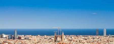 barcelone: Barcelone, Espagne. Ciel bleu magnifique au cours d'une journée ensoleillée sur la ville, Banque d'images