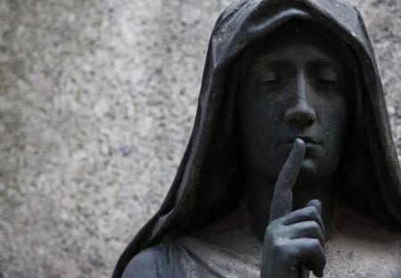 100 년 이상 오래 된 동상. 북 이탈리아에있는 묘지.