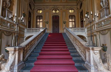 このイタリアの古い宮殿の入口のレッド カーペット 報道画像