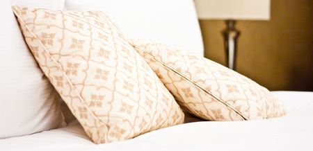 luna de miel: Concepto por el lujo y la luna de miel, almohadas en un hotel de lujo