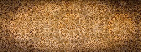 스페인의 남쪽 - 그라나다 알람 브라 유네스코 사이트의 벽 세부 사항입니다. 600년 오래 된 아랍어 문자. 스톡 콘텐츠
